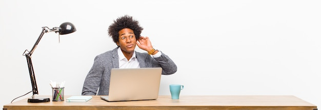 Młody czarny biznesmen szuka poważnego i ciekawskiego, słucha, próbuje usłyszeć tajną rozmowę lub plotkę, podsłuchuje na biurku