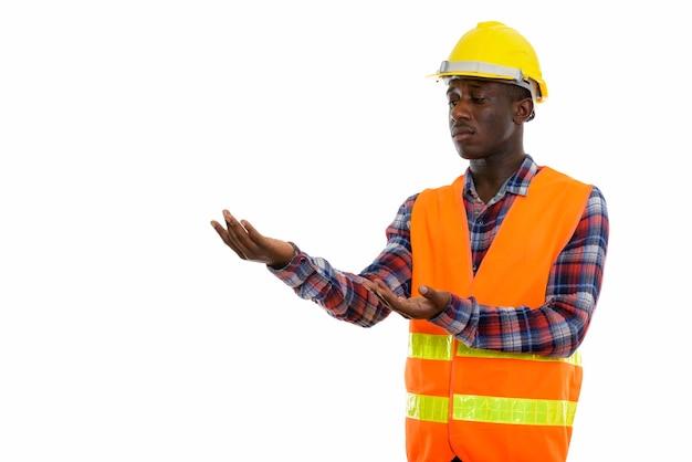 Młody czarny człowiek afrykański pracownik budowlany pokazując coś