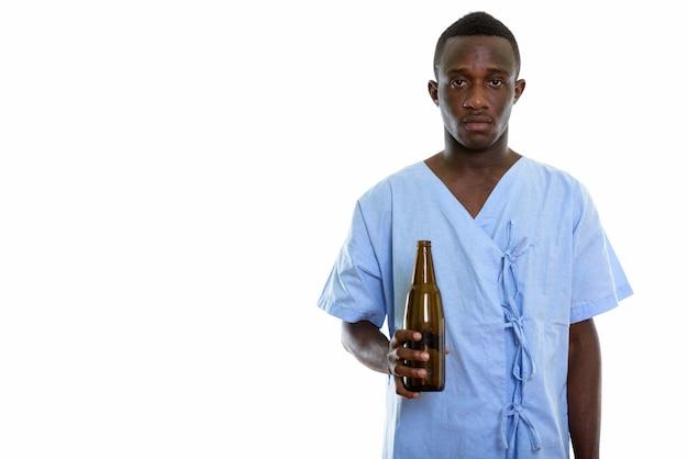 Młody czarny człowiek afryki pacjenta trzymając butelkę piwa