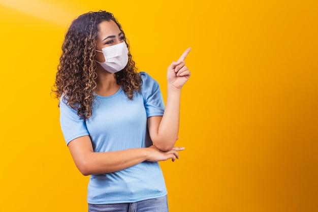 Młody czarny model noszenia maski ochronnej.