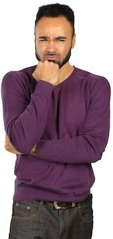 Młody czarny nerwowy mężczyzna w strachu odizolowywającym na białym tle