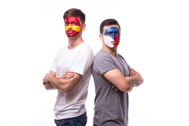 Młody czeski i hiszpański fan piłki nożnej na białym tle na białej ścianie