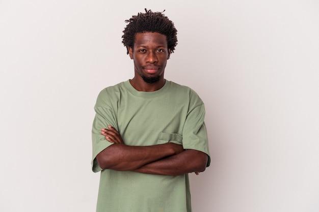 Młody człowiek african american na białym tle na białym tle podejrzany, niepewny, bada cię.