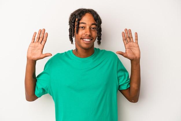Młody człowiek african american na białym tle pokazuje numer dziesięć z rąk.