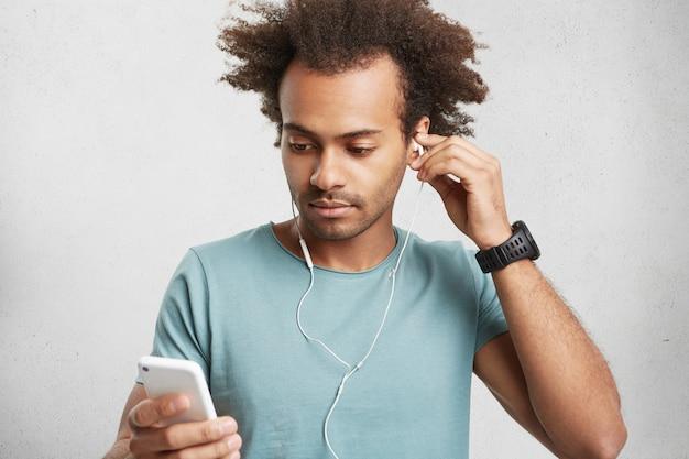 Młody człowiek african american nawiązuje połączenie wideo
