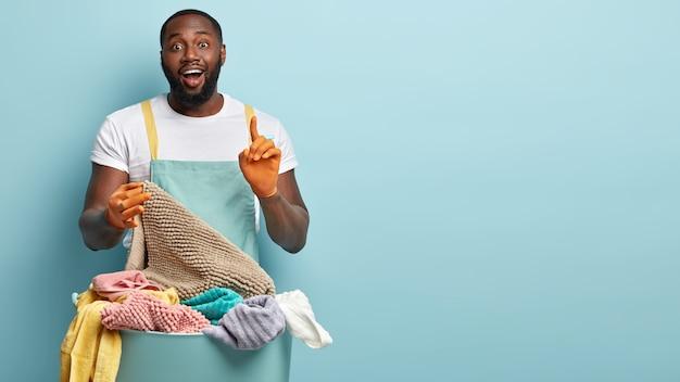 Młody człowiek afroamerykanów robi pranie