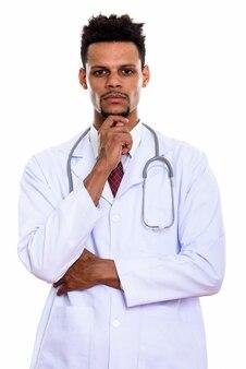 Młody człowiek afrykański lekarz myśli na białym tle