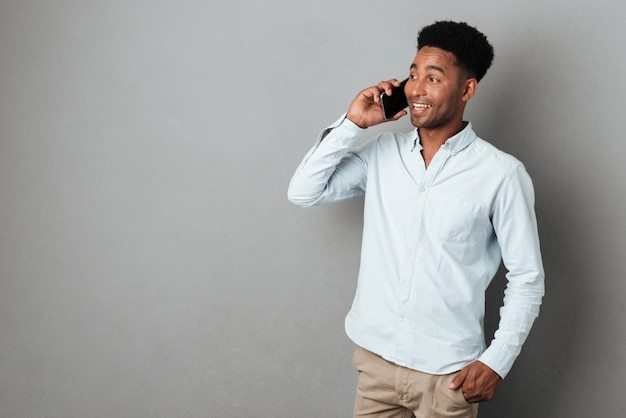Młody człowiek afryki, mówiąc na telefon komórkowy