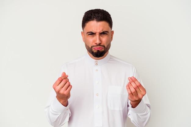 Młody człowiek arabski nosi typowe arabskie ubrania na białym tle pokazując, że nie ma pieniędzy.