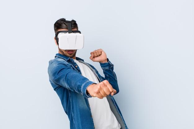 Młody człowiek bawić się z rzeczywistość wirtualna szkłami