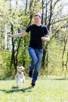 Młody człowiek biegnący z psem