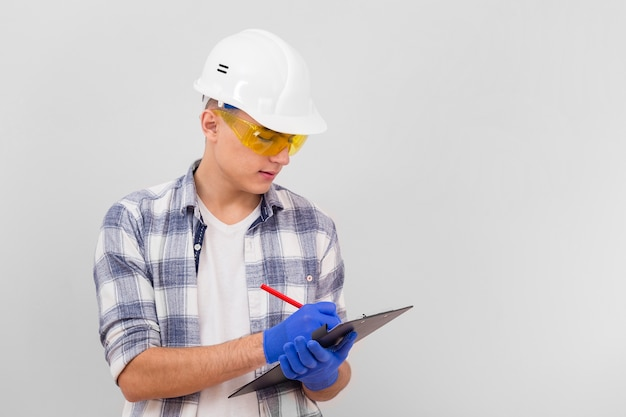 Młody człowiek bierze notatki na schowku z kopii przestrzenią