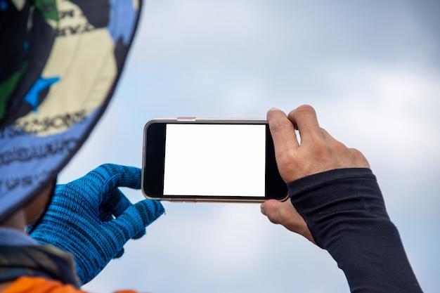 Młody człowiek bierze selfie na górze góry