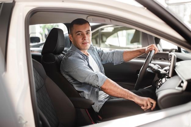Młody człowiek biorąc samochód na jazdę próbną