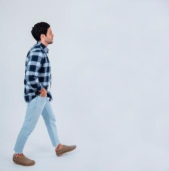 Młody człowiek chodził