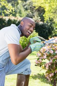 Młody człowiek cięcia kwiatów