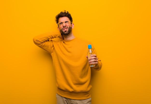 Młody człowiek cierpi ból szyi