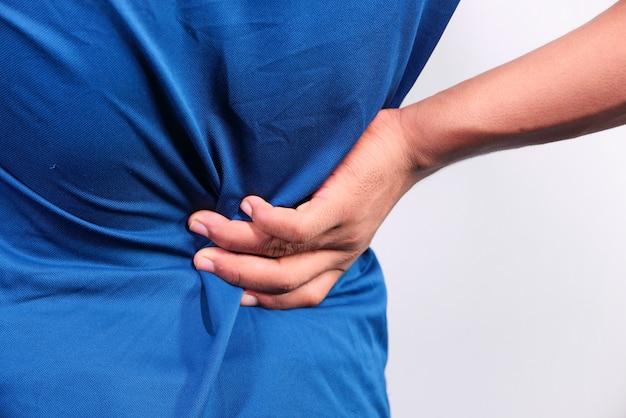 Młody człowiek cierpi na ból pleców