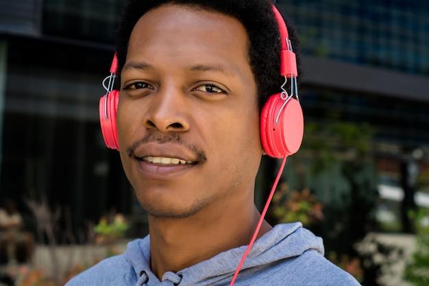 Młody człowiek cieszy się muzykę plenerową.