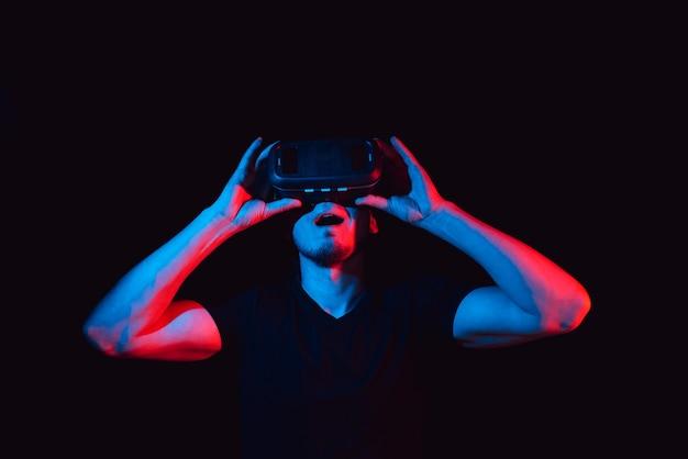 Młody człowiek cieszy się okularami wirtualnej rzeczywistości
