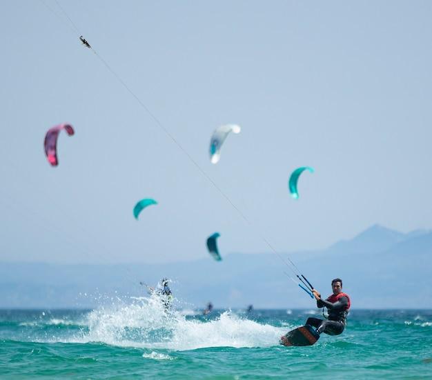 Młody człowiek ćwiczący kitesurfing