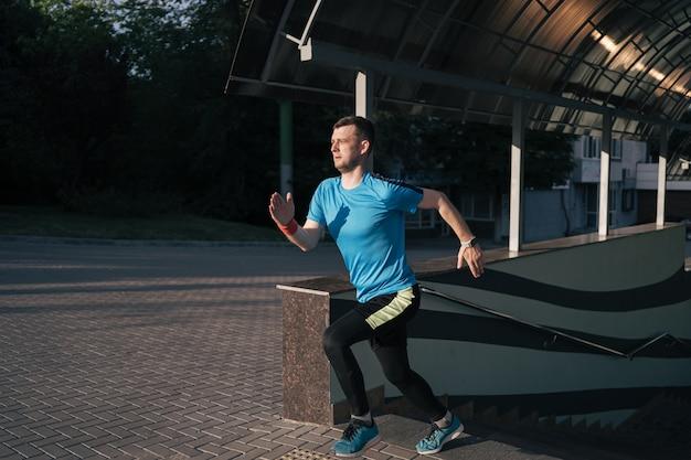 Młody człowiek ćwiczy interwału trening na schodkach