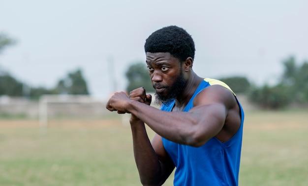 Młody człowiek ćwiczy pole na zewnątrz