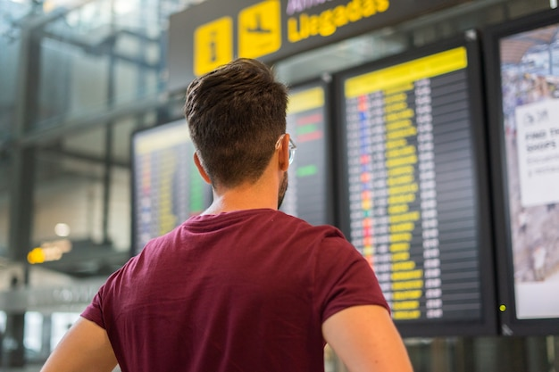 Młody człowiek czeka jego samolot