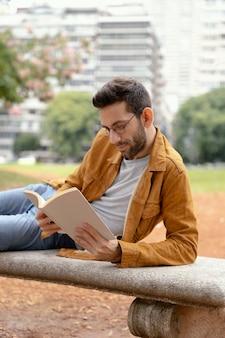 Młody człowiek czyta ciekawą książkę