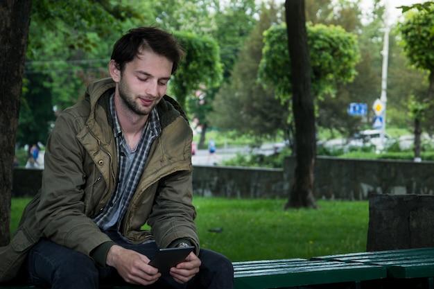 Młody człowiek czyta e-booka