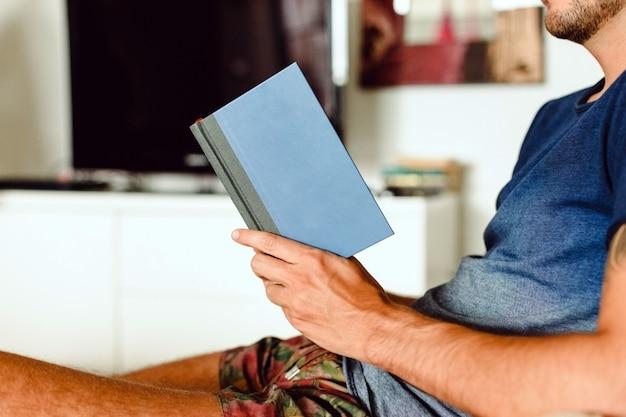 Młody człowiek czyta książkę poezji, hobby mody wśród europejskich intelektualistów.