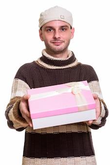 Młody człowiek, dając pudełko