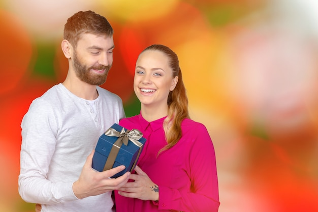Młody człowiek daje kobiecie prezent