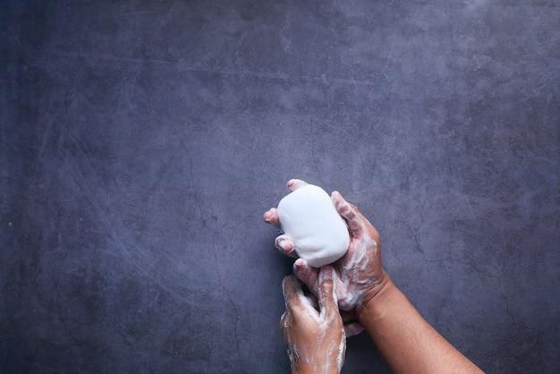 Młody człowiek do mycia rąk z mydłem widok z góry