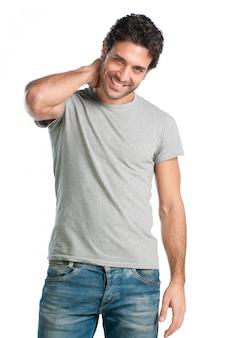 Młody człowiek dorywczo hiszpanin patrząc na kamery z satysfakcją