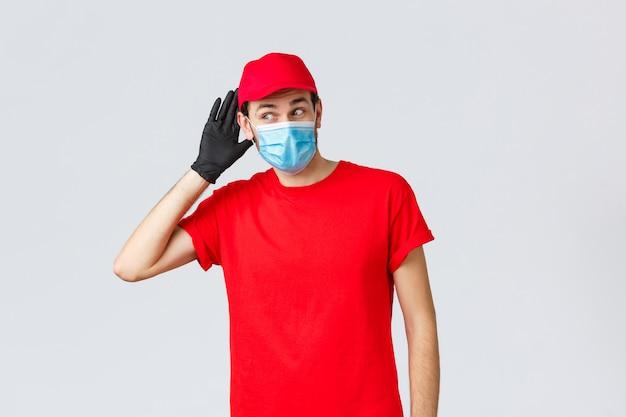 Młody człowiek dostawy z czapką na sobie maskę ochronną