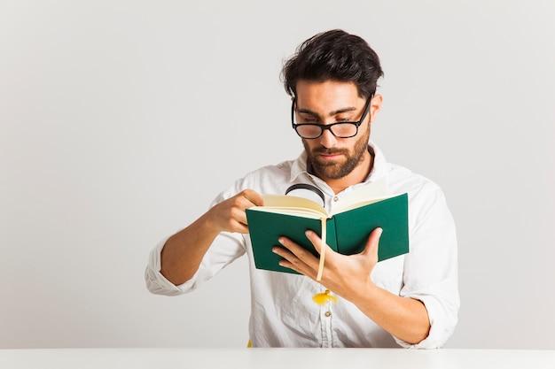 Młody człowiek egzaminując książkę