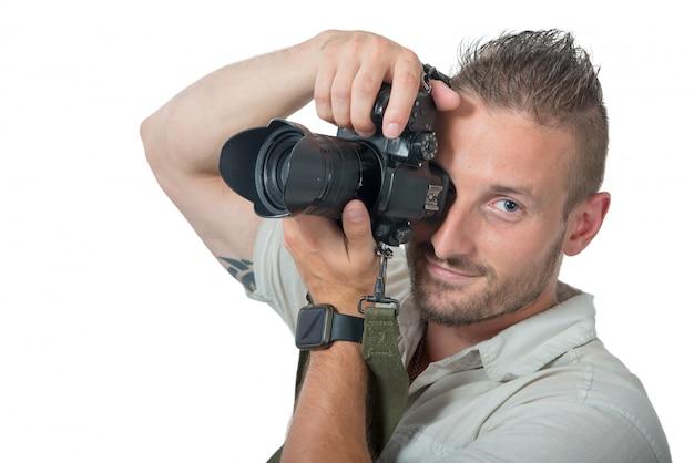 Młody człowiek fotograf na białym tle