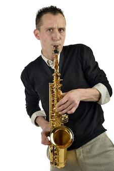 Młody człowiek gra na saksofonie