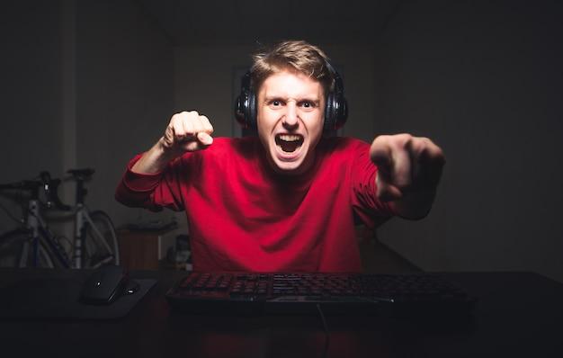 Młody człowiek gra w domu i streaming gry