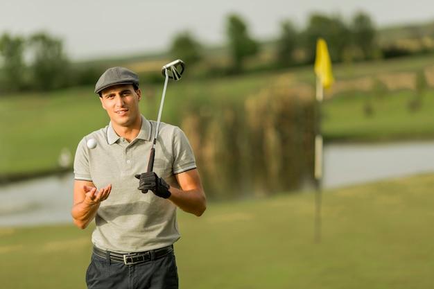 Młody człowiek gra w golfa