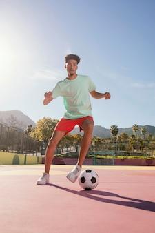 Młody człowiek gra w piłkę nożną