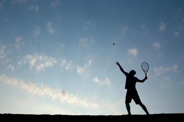 Młody człowiek gra w tenisa