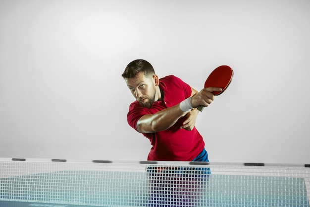 Młody człowiek, grać w tenisa stołowego
