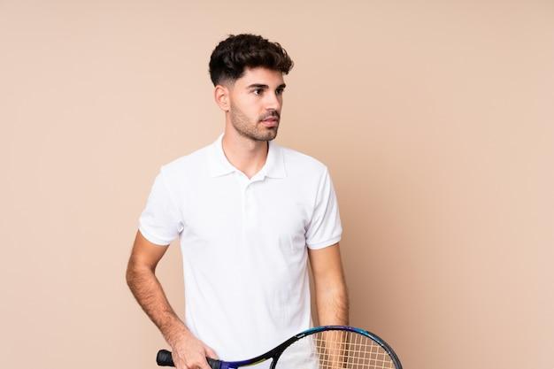 Młody człowiek, grać w tenisa