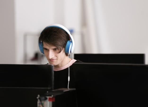 Młody człowiek grając w gry wideo w turnieju