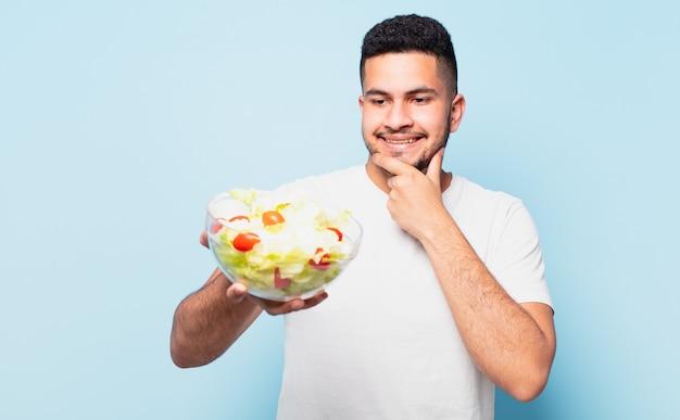 Młody człowiek hiszpanin myślenia wyrażenie. koncepcja diety
