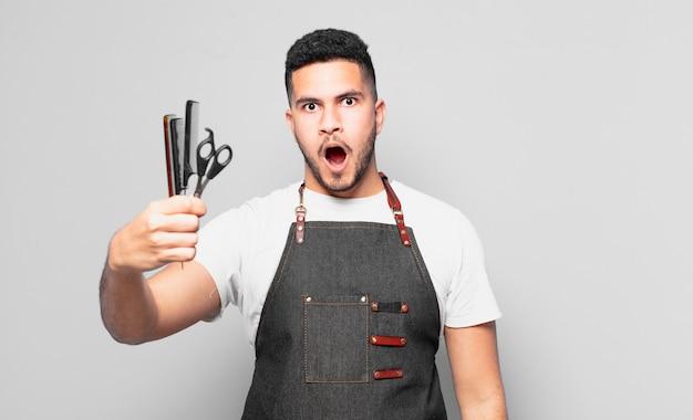 Młody człowiek hiszpanin przestraszony wypowiedzi. koncepcja fryzjera