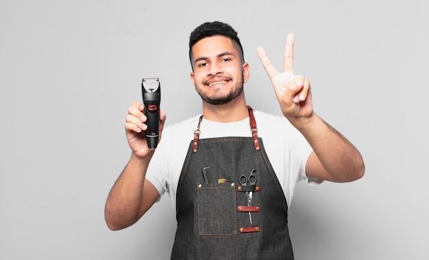 Młody człowiek hiszpanin świętuje sukces zwycięstwa. koncepcja fryzjera