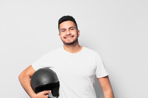 Młody człowiek hiszpanin szczęśliwy wypowiedzi. koncepcja motocyklisty